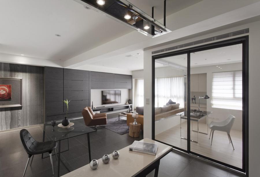 整體空間以低調奢華的材質為主要面材,牆面石材大氣、深色地磚沉穩、烤漆木皮親切,將者些元素融合其中,呈現穩重、隱室、高雅的當代氛圍。
