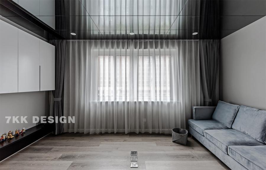 小而精致的客厅,电视柜上柜采用白色柜体,下面采用黑色抽屉,中间镂空设计暂时留白,没有放电视,摆放主人喜爱的手工艺品。