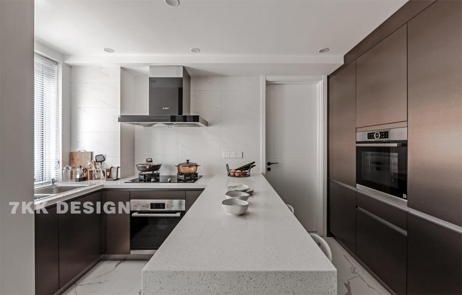 厨房打破原有封闭的空间,充分利用过道,打造开放式厨房,空间上显得更加通透,同时拥有更开阔的操作空间。吧台连接厨房操作台,U字型设计,最大化利用空间。吧台右侧选用科勒的整体橱柜,采用嵌入式微波炉,烤箱,让整体空间更干净整洁。