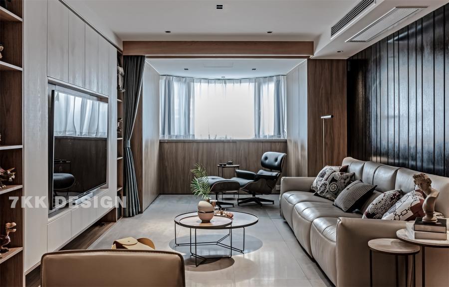 客厅和阳台中间利用窗帘作为功能划分,拉上窗帘,阳台放上一张单人沙发椅,变可作为独立的阅读休闲空间,平时作为客厅一部分,扩大客厅空间面积。阳台两侧靠墙定制到顶的柜子,靠窗定制矮柜,既增加台面装饰又增加收纳功能。 窗帘盒和门套都是采用木饰面,客厅和阳台无主灯设计让顶面更加简洁干净,视觉上显得层高更高,光线更加均匀,可以更加有层次的利用光线,配合落地灯,筒灯营造不一样的客厅休闲照明氛围。 圆形艺术茶几错落搭配,精致实用。