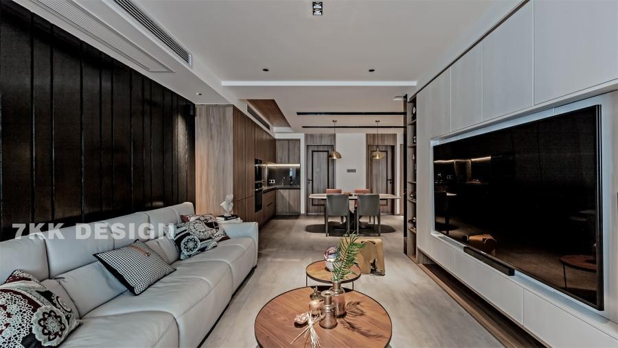 客餐厅一体,南北通透,沙发2.8m可3人座,:黑白永远是经典永不会过时的色彩,背景墙成品定制黑色细木条造型木饰面,与电视背景墙白色木饰面柜体色调形成明显的色调对比,简单而不失艺术魅力。
