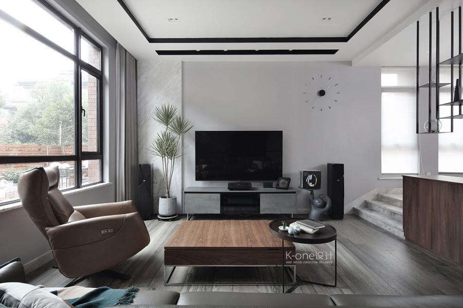 灰色的地板、沙发、电视柜搭配温暖的原木色加上少量黑色的家具点缀,打造出现代都市的新美学意境。