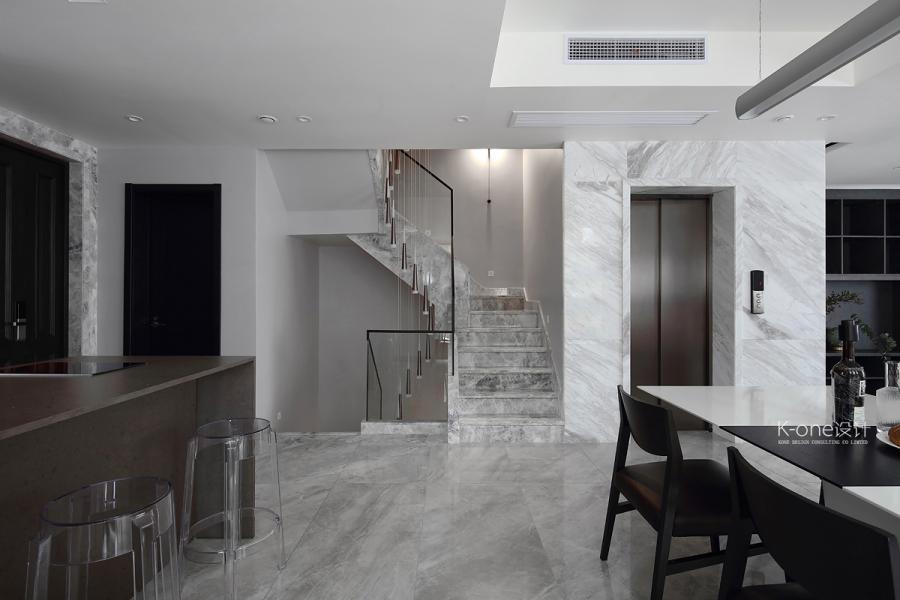 出了电梯,首先进入的便是餐厅空间,白色的餐桌台面与地面大理石材质交相呼应,隐约却又不失细节。