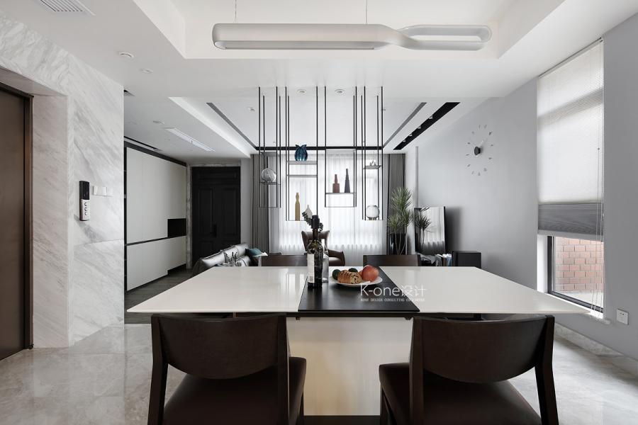 空间以白灰为基调,搭配大量黑色线条,演绎当代美学与时尚的碰撞。