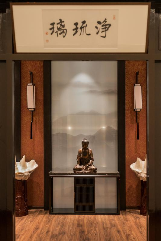 """琉璃,作为佛教""""七宝""""之一,是一种天青色的半透明宝石,并非通常所认为的彩色水晶玻璃。我们看到很多药师佛的造像,都是蓝色通体透明的,令人有纯净安宁的感觉。"""
