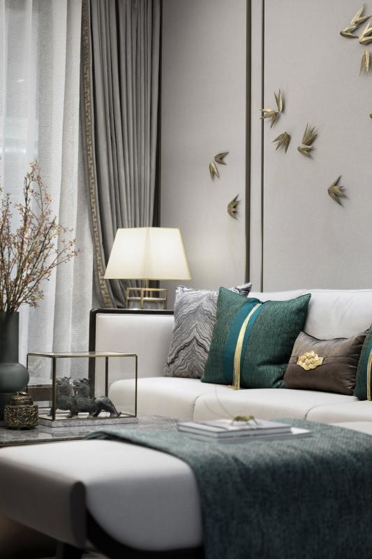 140㎡现代中式户型 本案设计以米灰色系为主调,将传统的中式元素与时尚轻奢元素相结合,搭配不同程度的绿色,和金色提亮整个空间。细致的布艺搭配胡桃木家具,温暖与沉稳,都恰到好处,给人带来绝对的舒适感。深深浅浅的绿色系,散落在各个空间里,让人忆起生活中最自然的模样。
