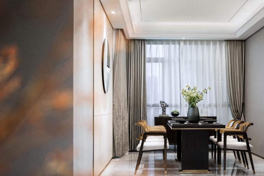 秋窗日午,小厅无人。布艺陈设之间运用同色系不同颜色的绿,显得恬淡可亲;地面图案勾勒的地毯产生立体感,从而营造出大而不空,厚而不重的层次感;墙面的叶子装饰给整个空间增加了一份灵动的气息。灰白与墨绿穿映于其中,加上金属元素的默契融合,雅致周到,透露出的是高雅的品味与独到的审美。