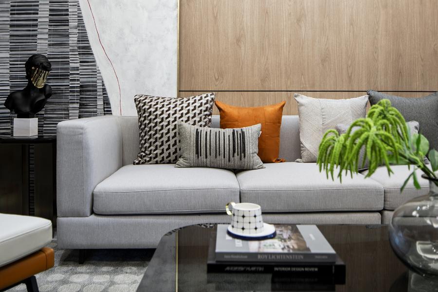 120㎡现代轻奢户型 本案设计以灰色为主调,将现代与轻奢元素相结合,穿插木色和咖色来中和灰色的冷感,带来温暖柔和的氛围。不同程度的灰,给休息空间和公共空间做了一定区分;自然棉麻的布料与爱马仕橙、几何元素和金属完美融合,为整个空间叠加出一些别样的层次。