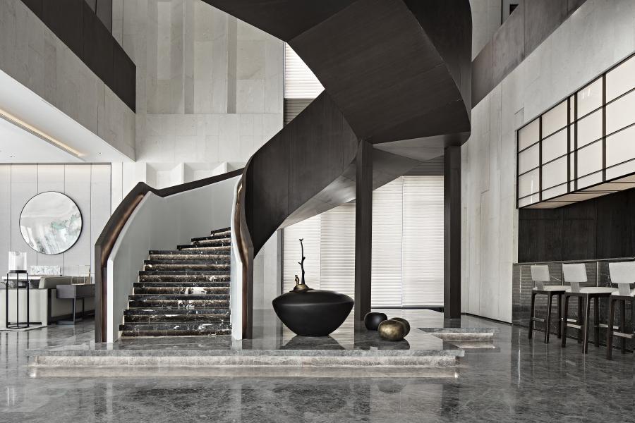 素颜陈设在对设计的表达和对文化的传递中,在家具材质选择以烟灰色调的家具面料和胡桃木质感的木色为主,结合当代生活方式,将中式的沉静,内敛而具有融合性的文化情绪通过陈设设计语言表达出来。