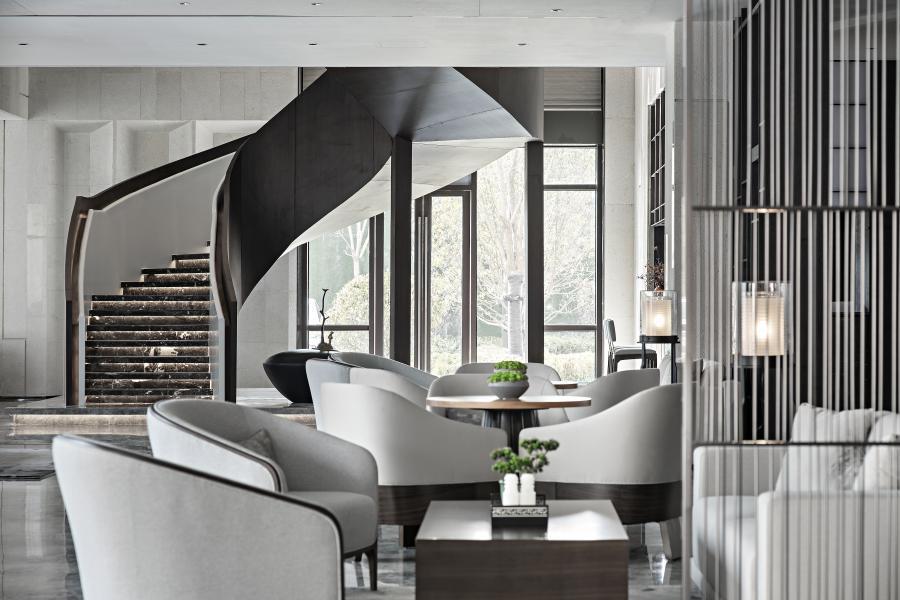 洽谈区饰品的选型是为空间文化的延伸.材质和色彩过渡关系平衡了空间的调性,以禅意质感的茶具,写意山形水墨,淡淡绿意的苔植烘托出空间的品味及调性。