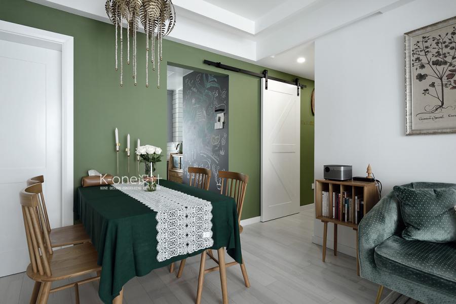 空间以绿色为整体的基调,树叶状的黄铜吊灯、墙面上树叶装饰画,与原木色系的家具相结合,一切都是那么的清新充满自然的气息。