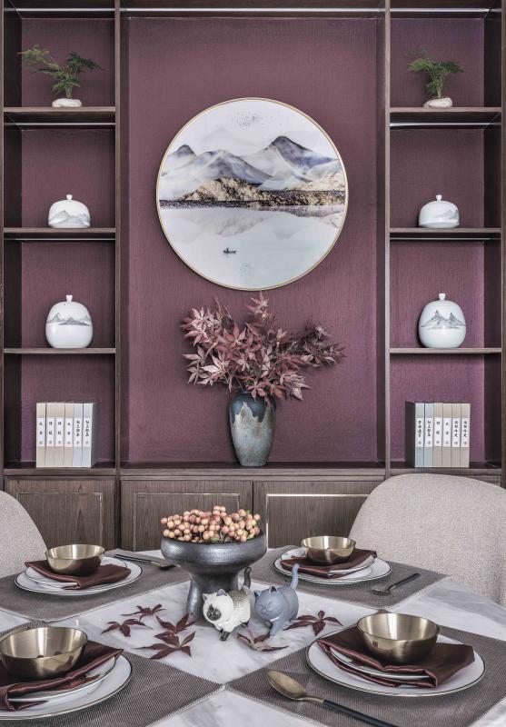客厅彰显一个家的品味与待客之道。推门而入,一捧红枫,温暖喜庆的中国红,在人文山水里散发着热情与丰盛,浓烈却端庄,表达了国人传承下来的美好期许。