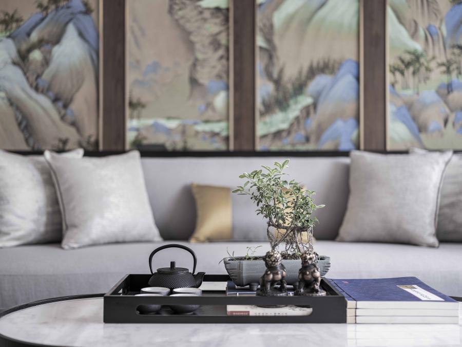 新中式的客厅删繁就简,色彩稳重成熟,有着山石肌理的大理石的运用,充分体现中国传统美学与现代的无缝连接,追求自然美感与精悍技术的传承精神,散发出亦古亦今的层次之美。