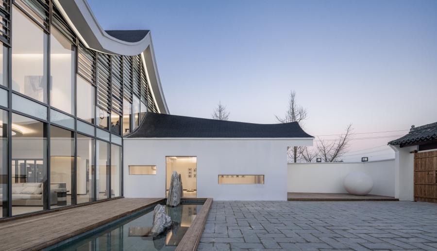 """设计灵感: 建筑的轮廓创意来自于""""守护""""这个词,用手的方式构建出建筑半围合的轮廓。"""