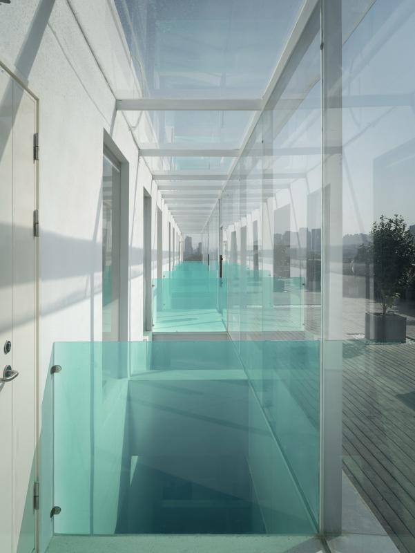 顶层拆除原本部分实体墙改为了玻璃幕墙,通过天井为内部空间提供更多的采光