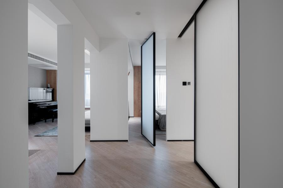 门厅  干脆利落的几何分割,让空间瞬时具有了延展性和互动性,墙面大面积使用白色乳胶漆,使空间整体通透平整。