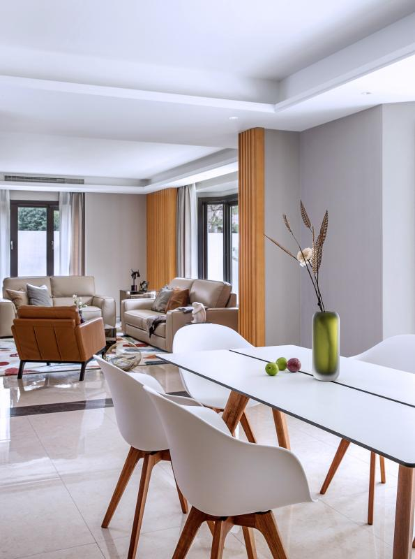 餐桌的造型简洁明了,使空间看起来更加和谐。