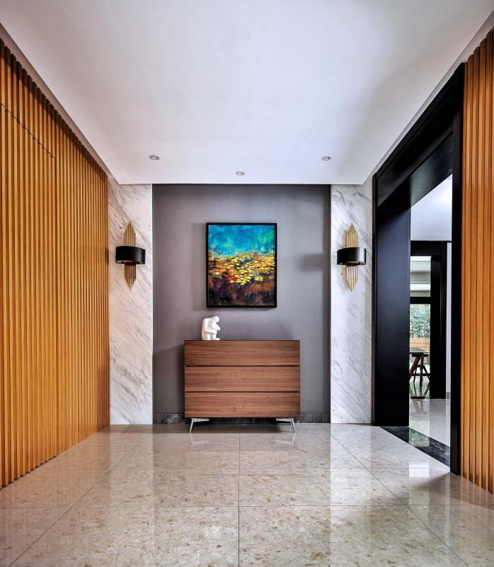 在室内与室外的交界处,玄关是一块缓冲之地。运用简洁明快的材料和颜色做到单纯统一,一进家门,让人感觉自然放松。
