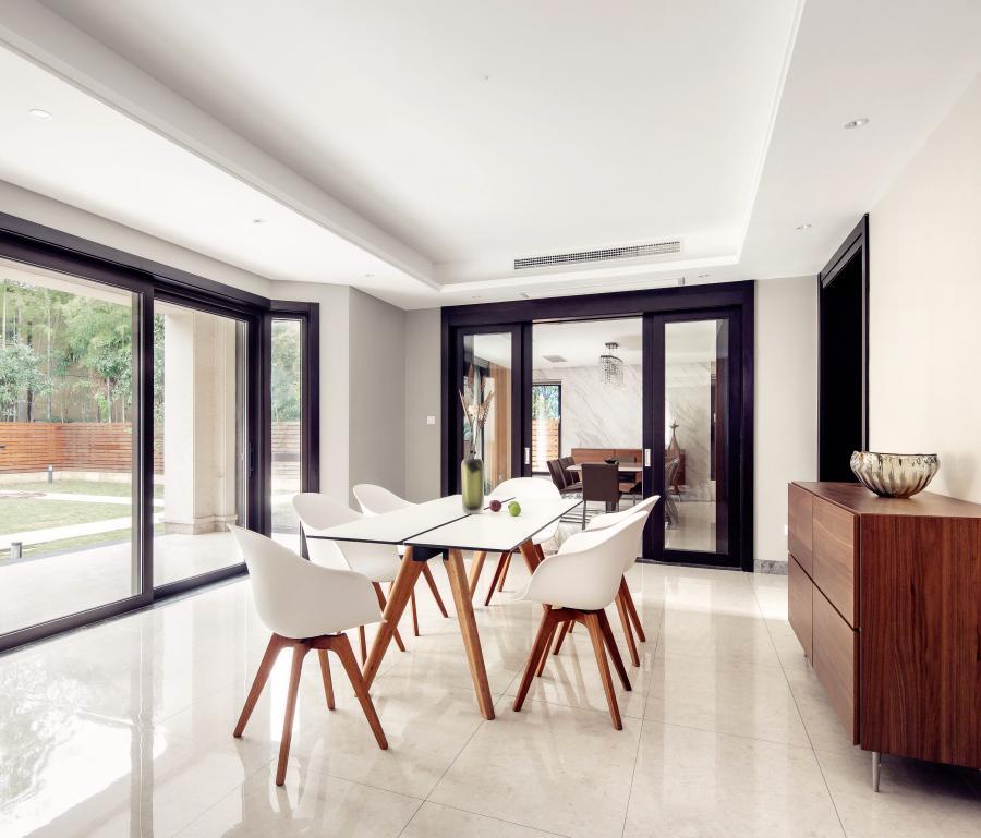 西餐厅空间的设计体现了符合现代人精致与个性的生活品味,将胡桃木的优雅含蓄与白色墙壁的朴素大方相结合,更体现现代简约之感。