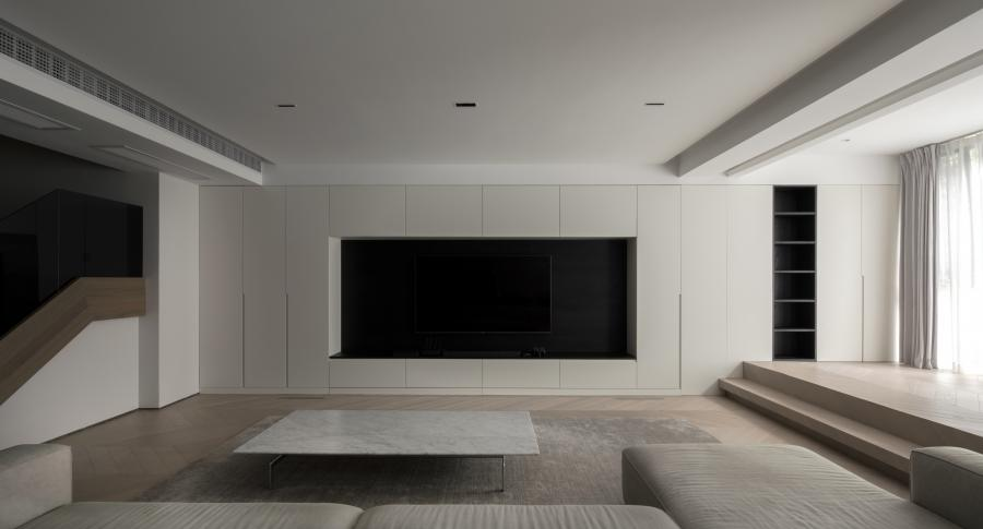 电视墙也是一组大型收纳柜构成,内嵌电视机,黑色背景和电视机、PS、音响融为一体。 开放格和榻榻米预留儿童空间,可购置安全护栏。