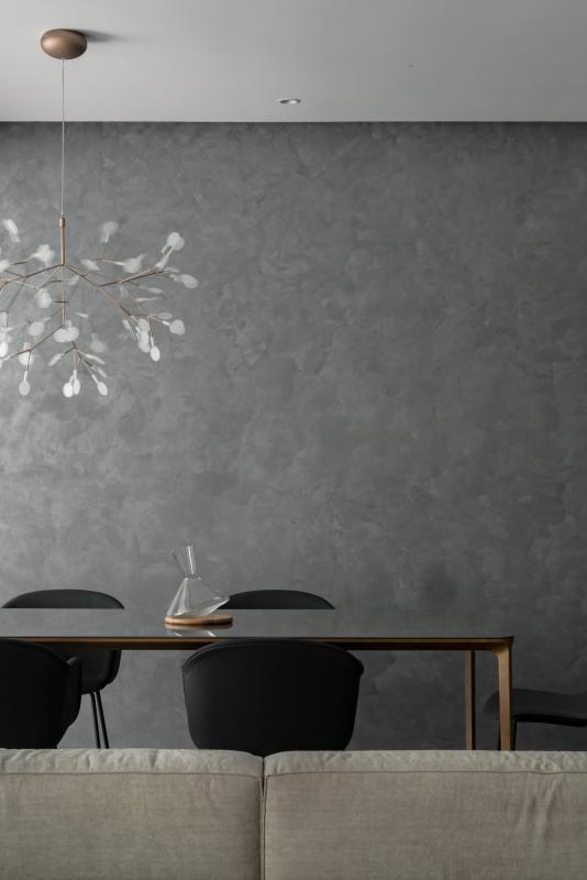 金属桌腿的纤细和大块面的空间形成对比。