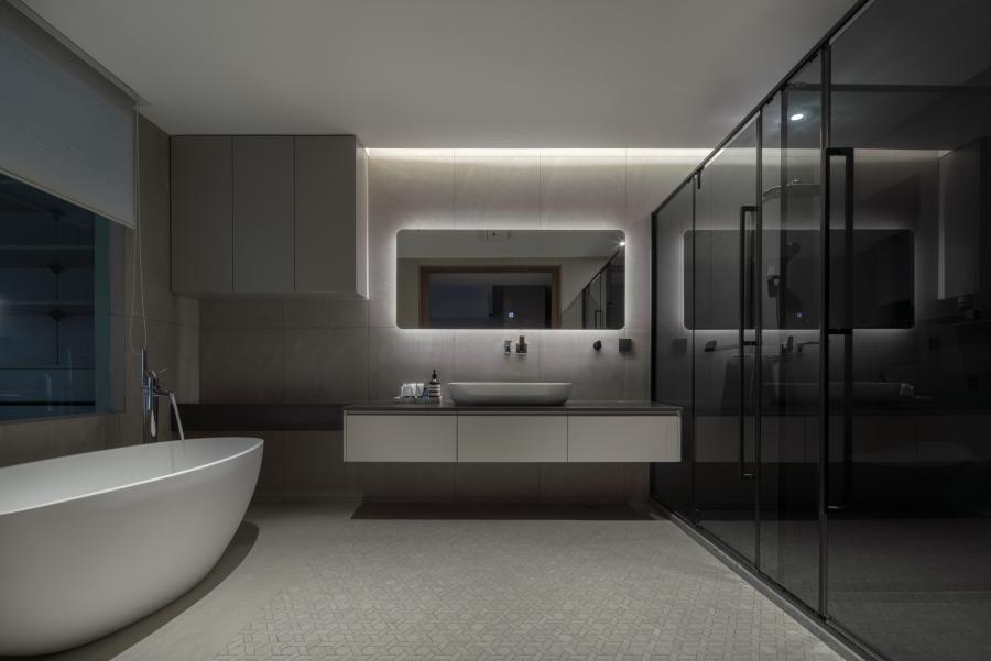 四分离卫生间,挂式洗面盆更方便打理卫生。