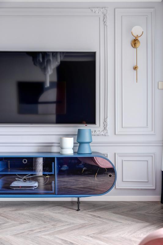 电视的功能或许已被弱化,但电视柜却是必不可少的,仅仅摆在那里,都会有一种家的踏实感。与电视墙的棱角分明不同,电视柜突破了常规的样式,以椭圆的几何形状给空间增添了灵动感,让简单的生活变得妙趣横生。通透的玻璃柜面和电视屏幕一致,折射出整个家的精致典雅。