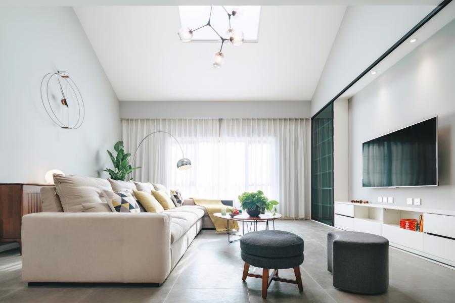 布局突破传统,客厅兼具阅读区的功能,弱化了电视的识别度跟重要性,将整体一个客厅实现单一空间多功能化。