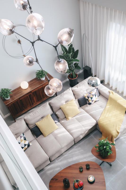 高挑的室内空间,建筑本身已具备了高度优势,设计中加以竖向线形处理,更加强了空间竖向的比例感,同时也增强了整体空间的挺拔气质。