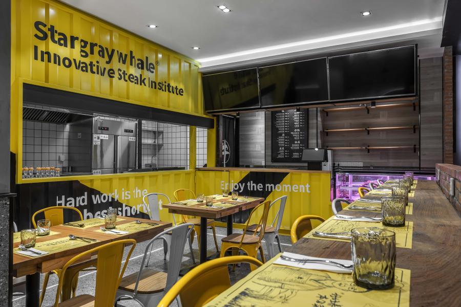 餐厅的设计前期,我们与业主方做了大量的关于店铺定调的讨论,产品客群的用户画象,他们的喜好,消费力等等。从而确认输出什么样的品牌形象,于是有了我们所长的故事和创研所这个名字。  紧接着就是思考我们需要一个什么样的空间,是要做网红的?是要玩些色块?或者是玩些构成?或者还可有一些互动的玩法?但是,无论我们做什么形式,如何去做,目标都只有一个,商业空间–助力商业!