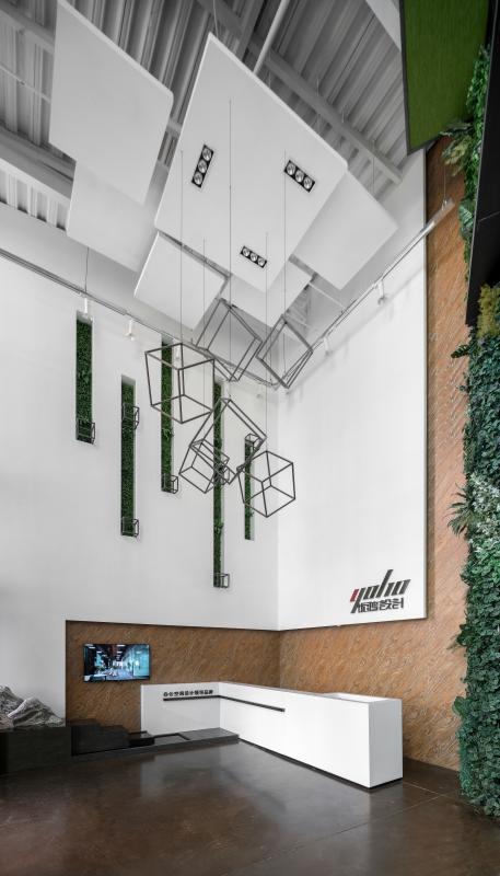 """前厅 在办公室设计中,设计师采用轻工业Loft风格,并将其特点和魅力渗透到每一个角落。""""L"""" 型大理石前台造型简约,增强空间延伸感;背景墙的LOGO低调不失端庄,展示出专业、高端、值得信赖的企业形象。"""
