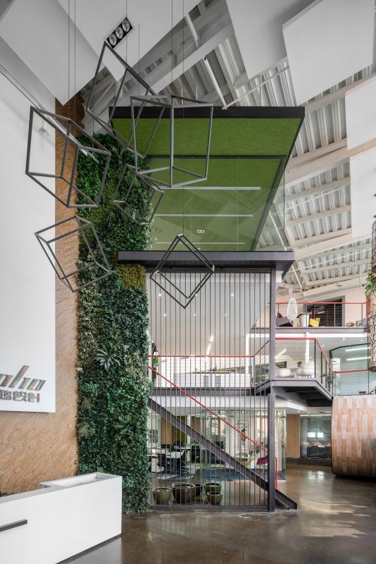 前厅 前厅9米挑高,设计师精准地把握了高度与空间的关系,金属方管DIY几何立方体,错落有致步于空间中部,带来视觉美感的同时节约了成本。垂直绿化的引入,平衡了工业风带来的冰冷感,给空间增添了鲜活和绿意。