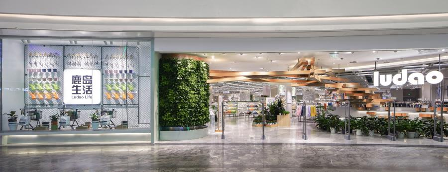 """●  需求-功能性/Functionality  """"顾客的感受与体验是我们工作的动力"""",这是鹿岛品牌的企业理念,「鹿岛品牌」创立于2010年,企业定位的精准化,至今在成都、重庆、杭州、苏州等16个城市设立了门店,此次在重庆来福士设立了「鹿岛生活」,这也是集嘉继成都来福士鹿岛生活后为「鹿岛品牌」设计的第二个门店。"""