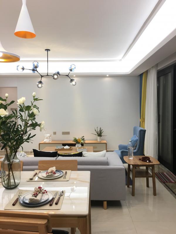 大面积的窗户,为室内带来足够的采光,纱制的窗帘能过滤一部分光线,营造出梦幻感。