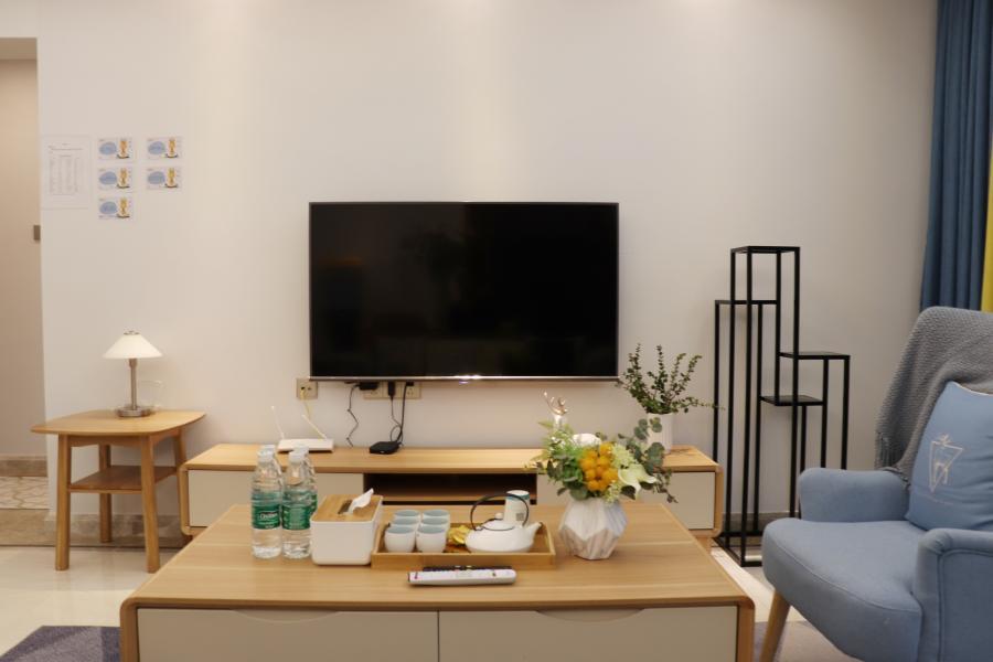 客厅以灰色调为主,木质的茶几、淡蓝休闲沙发,简约大气的设计,给人以视觉和空间的双重享受