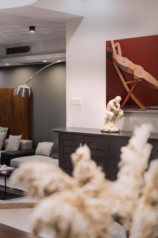 尤恩·厄格罗的画作形式独树一帜,具有深刻的艺术思想,表现出宁静、理性、严谨和深刻的典雅风范。在入户玄关部分使用尤恩·厄格罗的画作结合思考者雕塑形成一个宁静的思考画面,表达归家即安宁的心境。
