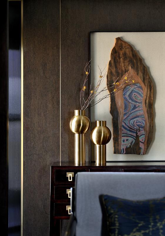 皇家流苏木贯穿全宅,以东方饰物为载体,透过简约形制及东方意蕴的无缝融合,不负家的美貌,重构人间诗画生活