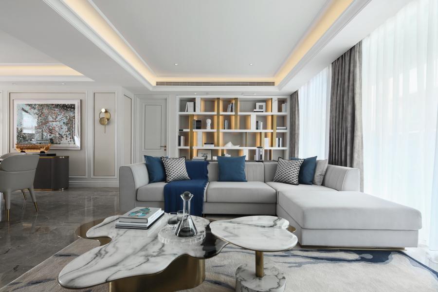 客厅与书房置于同一空间,深度挖掘精睿阶层文化内涵与精神诉求,思考当代居住理念,以简洁的方式构筑出建筑空间的秩序。家具、灯具自然的融合于空间中,高低尺度、色彩、材质亦与空间秩序相对应,形成了一个围合又开放的会客空间。 多功能书房同时具有红酒雪茄吧功能,整面书架兼具艺术品陈列功能。生活仿佛就是这样,在回忆中触及未来,在艺术滋养下体悟人生。