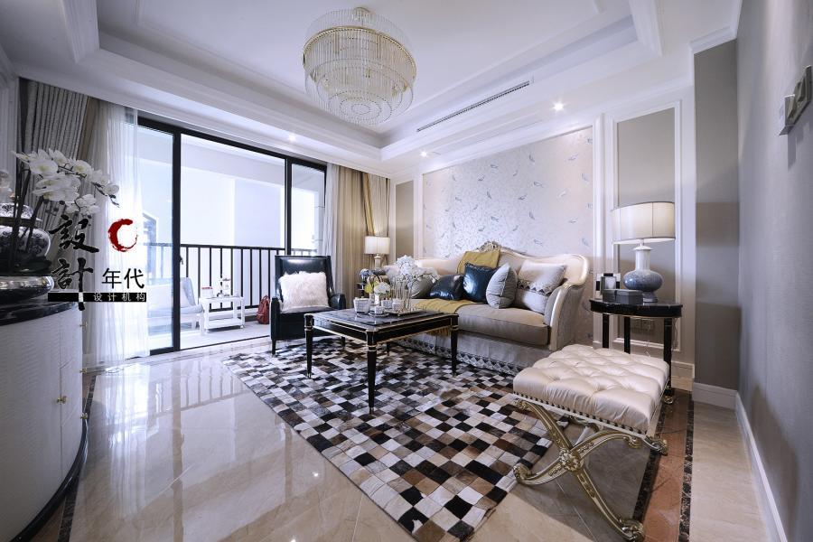 牛皮地毯搭配深色金边的茶几、米色沙发,温馨而别致
