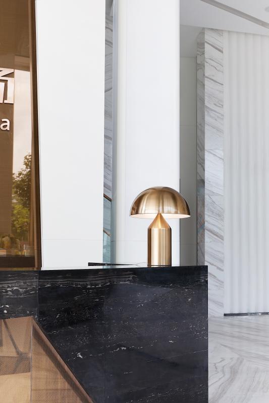▲接待区  前台接待区作为售楼处的初步印象,用不规则的造型勾出利落线条感,把金属材质的镜面与抛光大理石结合,进行一场有趣的空间探讨。