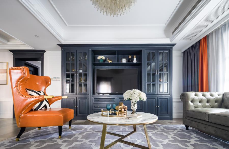 ⚪ 空间的色彩方面我们以富于变幻的高级灰作为基调,素雅的色彩承载了优雅稳重的藏蓝色家具,搭配灵动又热情的爱马仕橙皮面沙发,使整个空间既清雅贵气,又多了一份生气和活力。