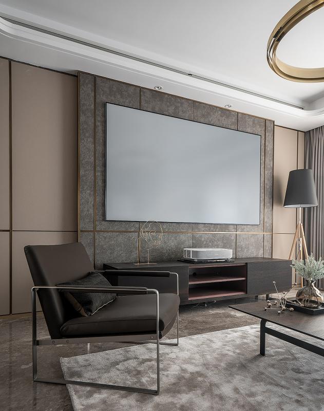 投影仪屏幕与灰色电视背景墙的投契。