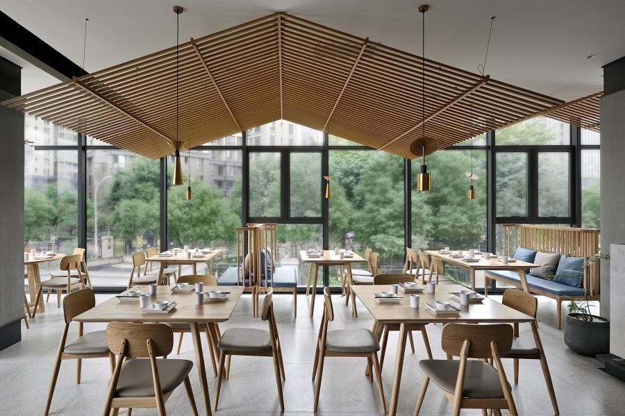 利用木纹铝管搭建成江南屋檐的造型