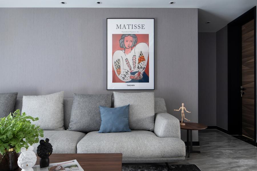 摒弃了繁重的装饰,素色墙布、简单的壁画,与洒入室内的阳光结合,呈现出空间通透明亮。高级灰配色,不会让人产生疲劳。加一抹棕色,便让原本硬朗的空间多了一丝温度。