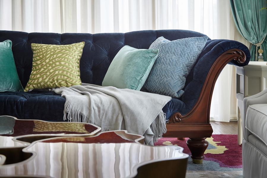 常年的旅行让业主对于家有着独到的见解,不拘泥于风格标签,从心出发,将自己喜爱的物品组合一起。将家打造出拥有个人印记的舒适空间。不同深浅的蓝绿色布艺装饰,在斑驳陆离的地毯上交辉相映,说不出的古怪,道不出的和谐。