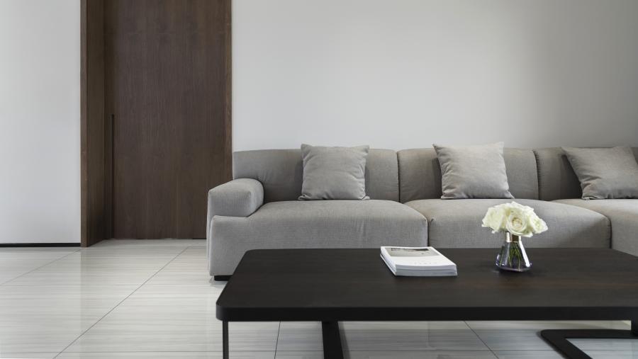 把入户花园改造为前厅,素色哑光瓷砖的墙面,以及百合白色哑光烤漆与胡桃木色搭配的组合鞋柜,极简精致的工艺,素雅温润的触感,配合3000K的灯光设计,回家是温馨,做客是艺术。