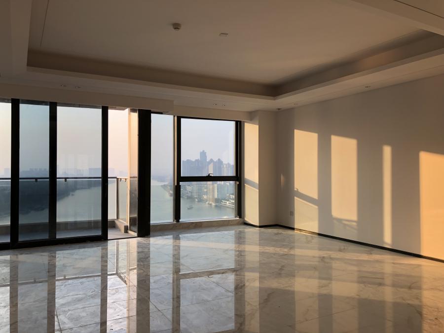 第一次到案场时,正是冬日傍晚时分,夕阳慵懒地趴在客厅主墙上 这袭暖光,一直贯穿在我们整个设计过程中......
