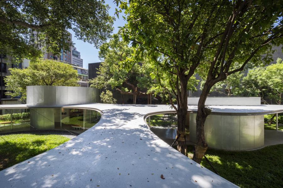 串联各空间的回廊,沿着树木的分布,并非刻意雕琢,却自然型塑成自由的曲线造型。