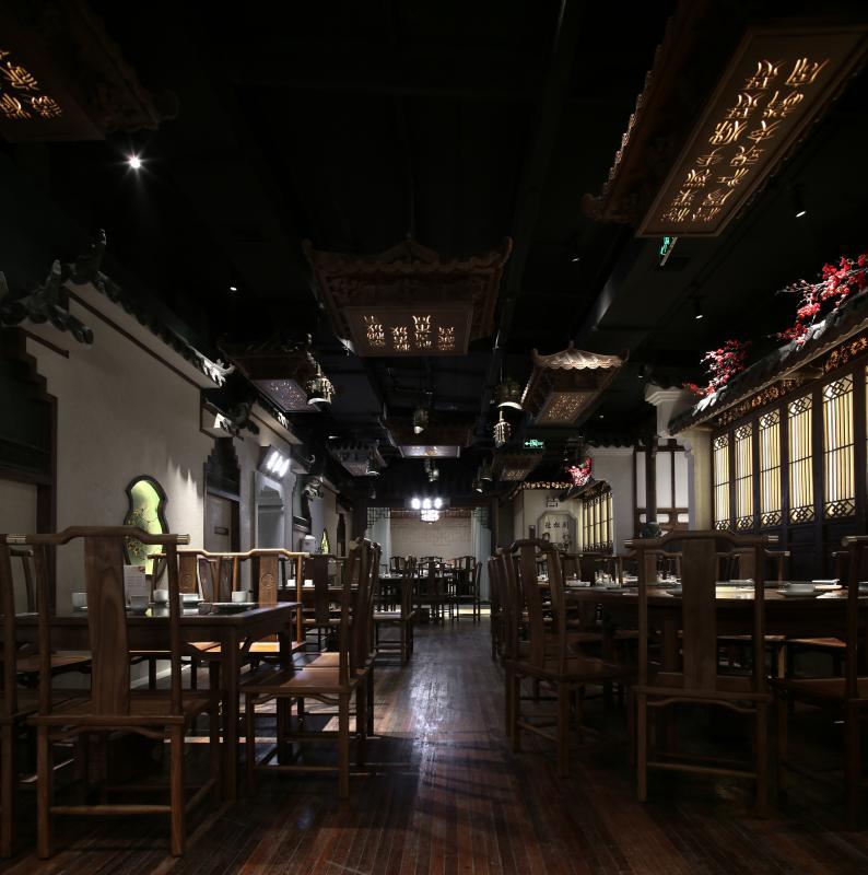 宴会厅内有一四角古亭,名曰陶然亭,另有楼中戏台,街边小屋,马头墙做的墙面造型顶上编钟吊灯,木制屋顶吊灯,发光的分色线条都增加整体空间的视觉和空间的延展。
