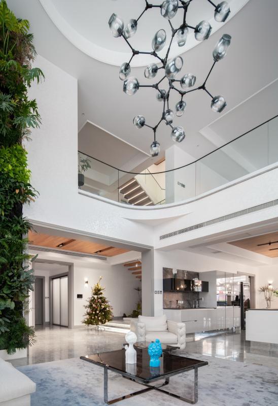 家,是承载生活的容器,是居住者内心情感的空间表达。设计,是场所和环境,也是内在精神。从繁花盛夏,到冰雪寒冬,记录下这份设计师对家的无微不至和细致周全,从而有了它最终的呈现。  内部结构和采光用现代方式解决,装饰造型融合了屋主喜欢的轻古典元素,让喜欢的一切在家中自然生长,需要对空间凝练的归纳。各种材质衔接自然且流畅,演绎出每种功能空间的节奏属性。每一个设计亮点都与屋主的性格相互交流,诠释出屋主对品质生活的要求。